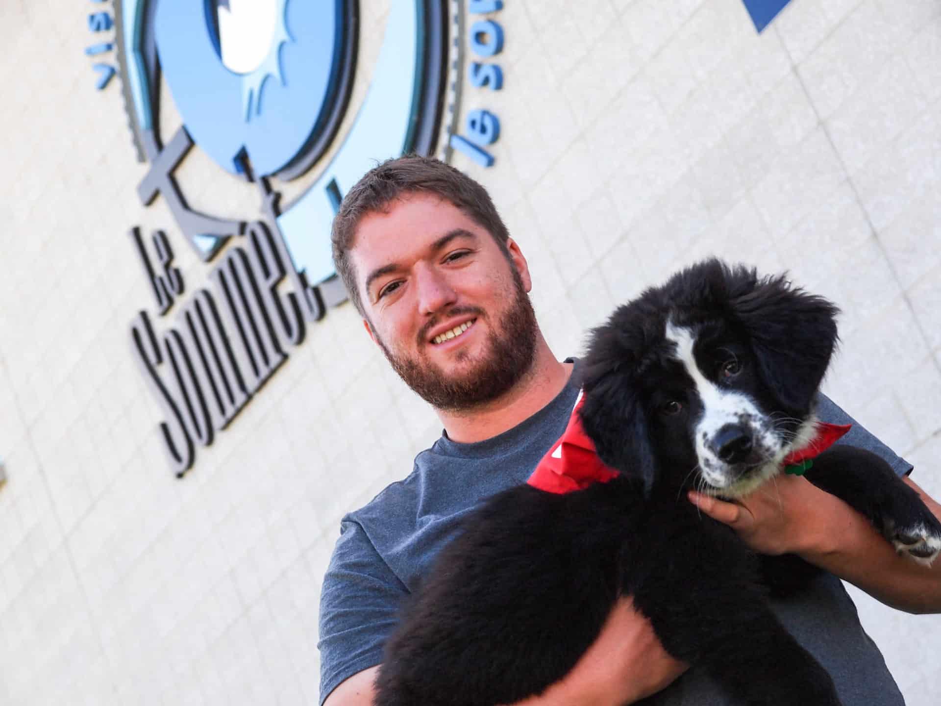 Le travailleur social Jonathan Poulin et son chien Perlin.