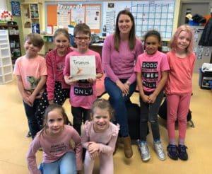 Des élèves portent le chandail rose