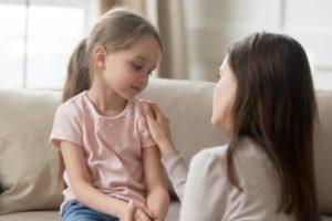 Mère qui parle a sa fille