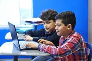 deux garçons sur un ordinateur