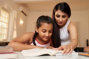 Mère et fille font les devoirss