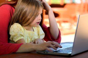 Mère et fille sur un ordinateur