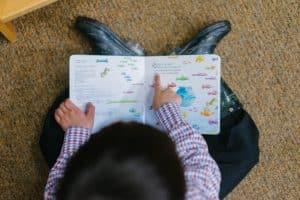 Jeune garçon lit un livre