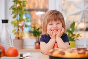 petite fille qui sourit dans la cuisine