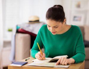 Adolescente fait des devoirs.jpg