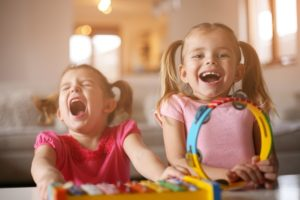 Deux jeunes filles s'amusent