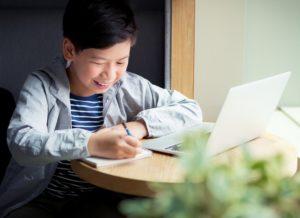Jeune garçon sur ordinateur