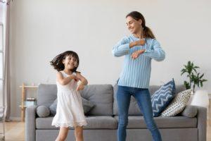 Mère et fille qui dansent