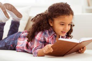 Petite fille qui lit un livre