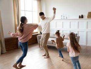 Famille qui danse