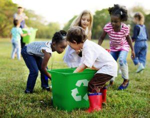 Enfants font du recyclage