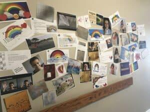 Un mur remplit de dessins